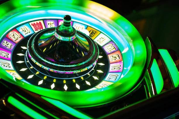 Eine grüne Roulette Trommel schwirrt, die Kugel hüpft noch.